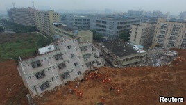 Firefighters search for landslide survivors among debris of destroyed buildings in Shenzhen, Guangdong province, December 21, 2015. (REUTERS)