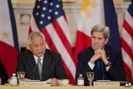 Philippines Secretary of Foreign Relations Albert Del Rosario, left, speaks while Secretary of State John Kerry listens during a meeting between the U.S. and the Philippines delegation in Washington on Jan. 12, 2016. (AP)